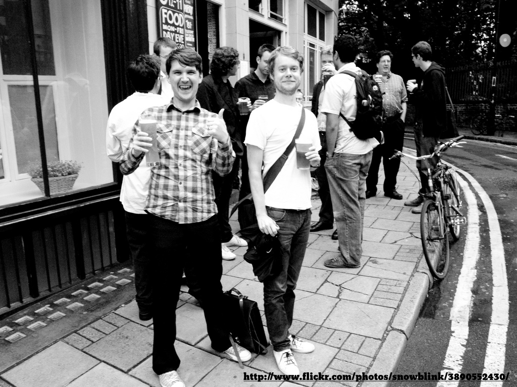 a photo of some LRUG attendees standing outside a pub giving the thumbs up, text: http://flickr.com/photos/snowblink/3890552430/